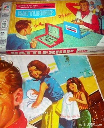 Aufnahme des Kartons des Spiels Battleship (vermutlich aus den Fünfzigern) - im Vordergrund spielen Sohn und Vati Schiffe versenken, während Mutter und Tochter im Hintergrund Geschirr abwaschen und abtrocknen