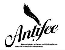 Weißer Hintergrund mit schwarzer, verschnörkelter Schrift: Antifee - darunter: Festival gegen Sexismus und Nationalismus - Feiern für ein selbstbestimmtes Leben - Darüber eine stilisierte schwarze Flamme (nicht klar erkennbar)