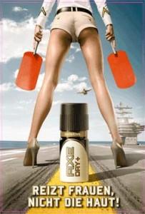 Werbeposter von AXE: Auf einem Flugzeugträger wird der Unterkörper einer Frau gezeigt, in Hotpants und High Heels. Zwischen den Beinen steht eine große Dose Axe. Darunter die Schrift: Reizt die Frauen, nicht die Haut