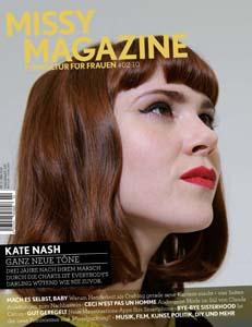 Titelbild der Middy 02/10: Porträtfoto von Kate Nash mit Pagenschnitt und rot geschminkten Lippen, die nach rechts oben schaut