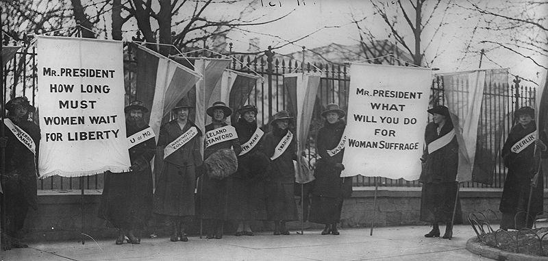 Frauenwahlrechtskämpferinnen vor dem Weißen Haus via wikimedia commons