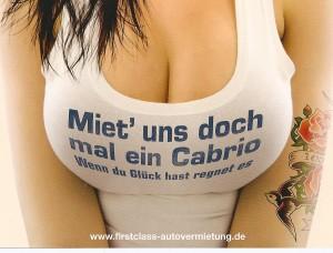 Tief ausgeschnittenes Dekolltee, auf dem Shirt steht: Miet' uns doch mal ein Cabrio. Wenn Du Glück hast, regnet es. Darunter: www.firstclass-autovermietung.de