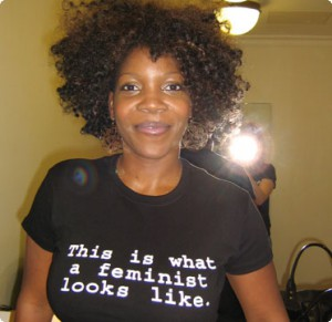 Jocelyn Jee Esien in einem T-Shirt mit der Aufschrift This is what a feminist looks like