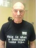 Patrick Stewart in einem T-Shirt mit der Aufschrift This is what a feminist looks like