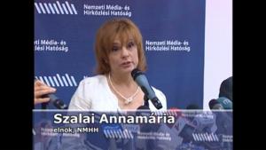 Youtube-Capture Annamária Szalai bei einer Pressekonferenz