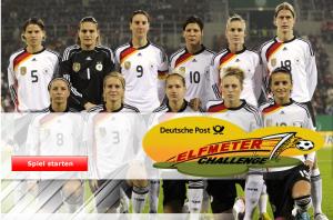 Bild der Frauenfußball-Nationalmannschaft mit einem Logo davor: Deutsche Post Elfmeter Challenge