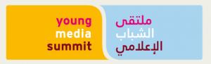 Logo: links steht Young Media Summit auf gelbem Hintergrund, rechts das gleiche auf arabisch auf hellblauem Hintergrund