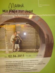 """Werbeplakat für den Familientag der Ausstellung Elefantenreich im LVR Bonn. Im Schriftzug """"Mit Papa zur Jad"""" ist Papa durchgestrichen und Mama darüber geschrieben."""
