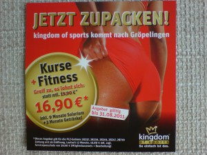 Werbezettel von kingdom of sports: Ein Hintern in roten Hotpants, darüber der Spruch *Jetzt zugreifen!*