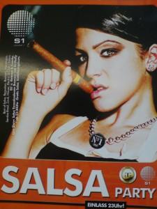 Bild einer jungen hübschen Frau, die sich eine Zigarre vor den Mund hält