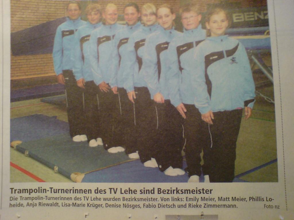 Das Zeitungsfoto zeigt acht in einer Reihe aufgestellte Mitglieder der Trampolin-Turnerinnen des Sportvereins Lehe (Bremerhaven), welche laut Zeitungsnachricht Bezirksmeisterinnen wurden. Die Namen der abgebildeten Kinder werden genannt.