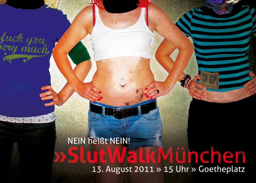 Plakat des Sluwalk München - Drei Frauen mit in die Hüften gestemmten Armen, eine in langen Klamotten, eine in kurzem Top und Shorts, eine mit T-Shirt und lange Hose