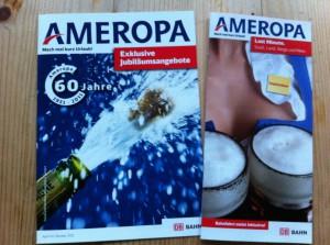 Zwei Ameropabroschüren. Links ein blaues Titelbild mit Kronkorken, der mit Schaum aus einer Flasche spritzt. Rechts ein Blick in ein Frauendekolltee, vor den Brüsten jeweils volle Bierkrüge.