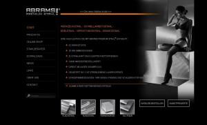 das Bild zeigt die Startseite des Internetauftritts der Firma Abrams Premium Stahl. Rechts neben den Informationen zur Firma ist das Schwarzweiß-Foto einer nach konventionellen Begriffen schönen Frau in High Heels und Unterwäsche abgebildet.
