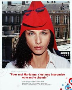 Ein Plakat mit dem Foto einer jungen Frau mit dunklen Haaren und einer roten Mariannenmütze, darunter die Schrift: Pour moi Marianne, c'est une insoumise ouvrant le chemin