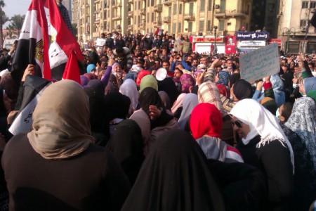 Eine Gruppe ägyptischer Frauen, die ein Plakat hochhalten. Auf arabisch steht: Wir werden Tantawi eine neue Revolution zeigen.