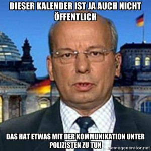 Ein weißer Mann vor dem Bundestag. Die Aufschrift: Dieser Kalender ist auch nicht öffentlich, das hat etwas mit der Kommunikation unter Polizisten zu tun.