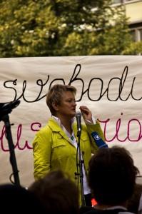 Renate Künast steht auf der Bühne und hält ihre Rede.