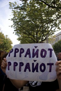 """Plakat, wo in kyrillischen Buchstaben """"Rrriot, rrriot"""" drauf steht"""