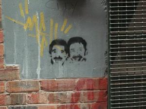 Grafitti zweier Köpfe an einer Wand