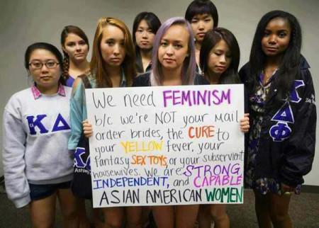 Eine Gruppe junger Frauen hält ein Plakat hoch: We need feminism because we are NOT your mail order brides, the CURE to your YELLOW fever, your fantasy SEX TOYS or your subservient housewives. We are STRONG, INDEPENDENT and CAPABLE ASIAN AMERICAN WOMEN