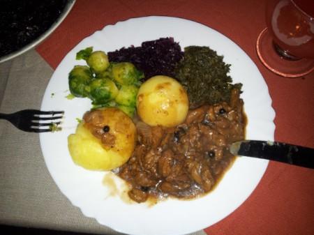 Veganer Sauerbraten, Klöße, Rotkohl, Grünkohl und Rosenkohl