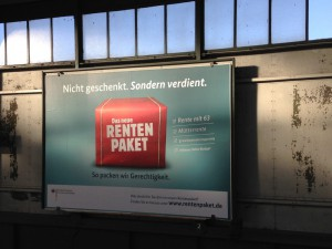 """Werbeplakat an einem Bahnhof für das Rentenpaket. Groé Überschrift: """"Nicht verschenkt, sondern verdient."""""""