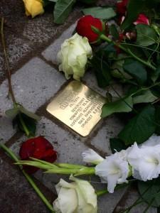 Stolperstein von Elli Smula mit Blumen