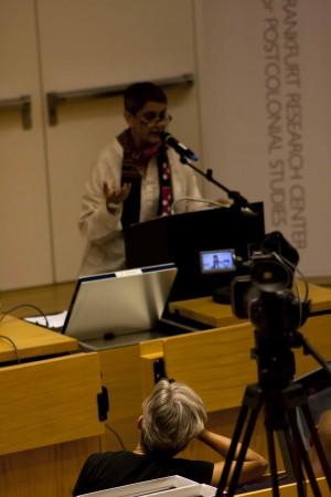 Judith Butler lauscht Gayatri Chakravorty Spivak, Frankfurt 2011.