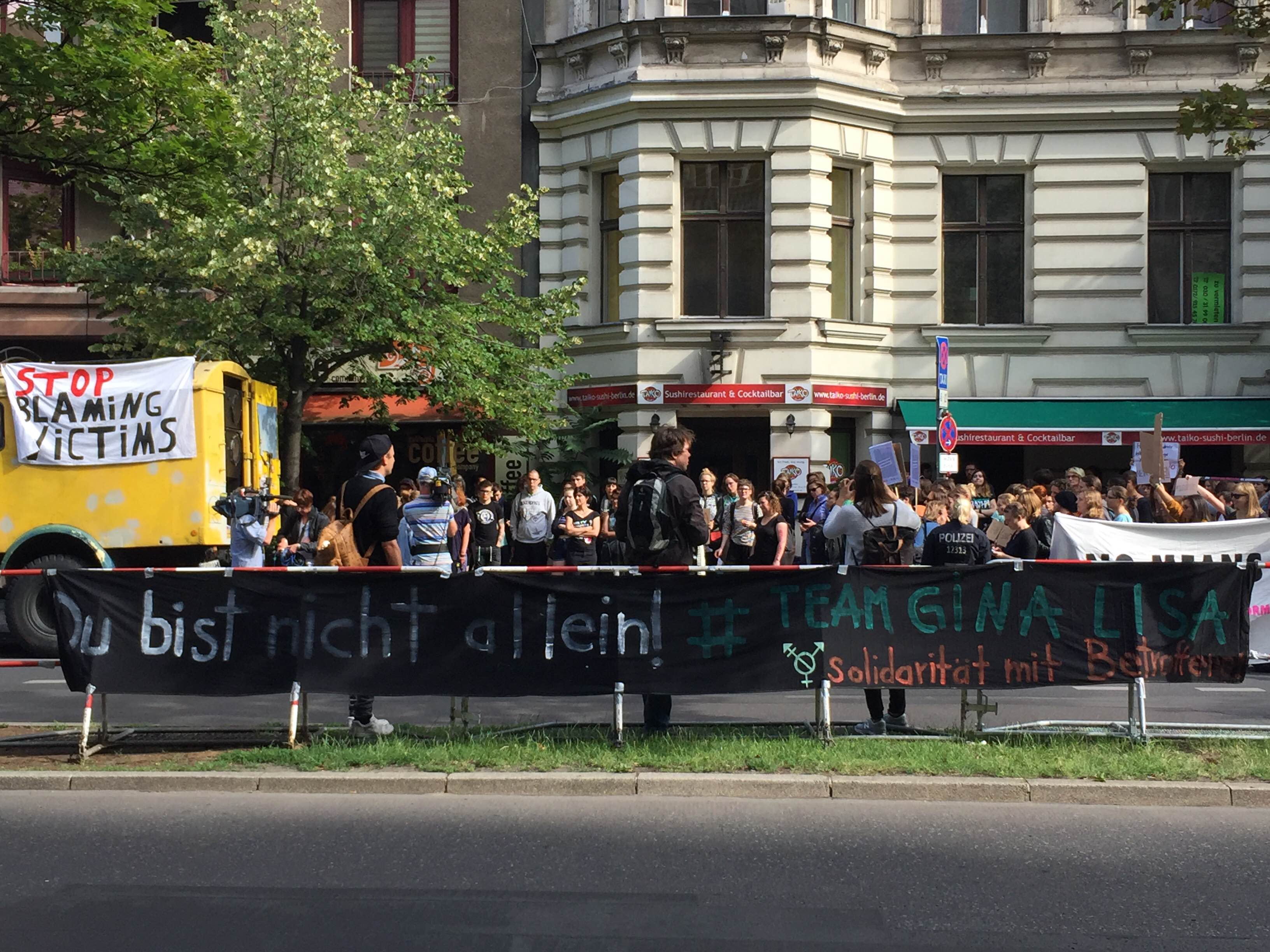 Protestaktion mit Redebeiträgen vor dem Amtsgericht Tiergarten