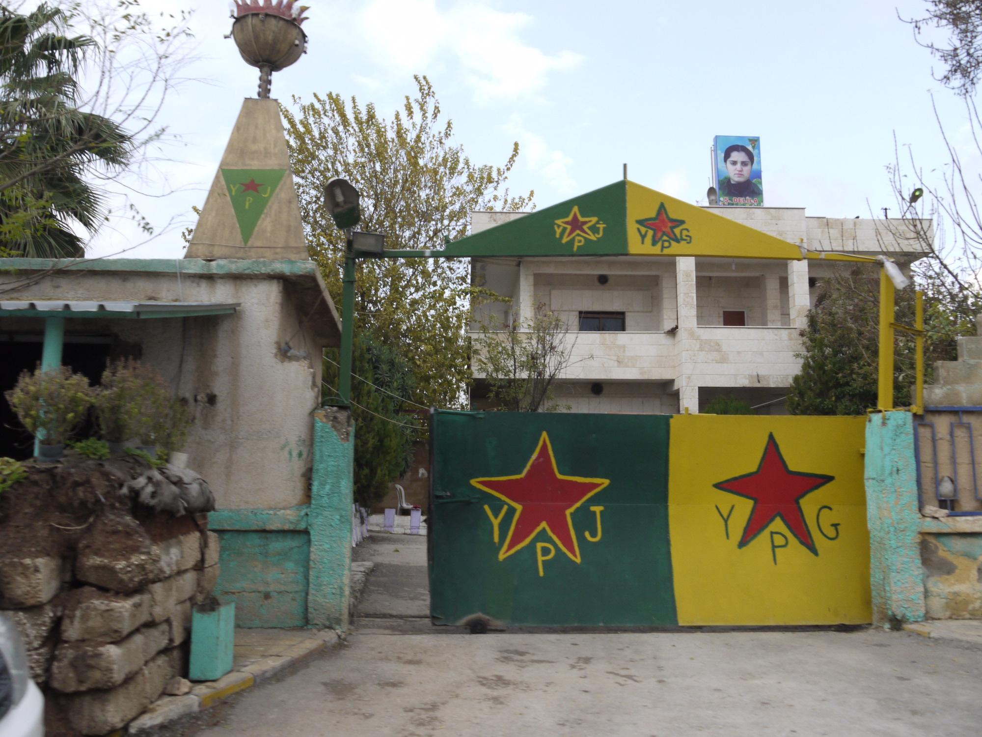Malereien am Eingang von einem Gebäude: Verteidigungseinheiten YPG und die autonome Verteidigung der Frauen YPJ