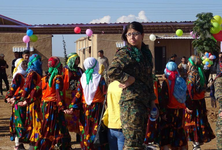 Freundin aus der YPJ bei der Eröffnung des Frauendorfes Jinwar