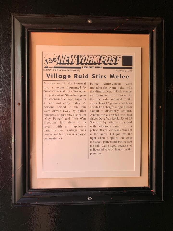 Zeitungsartikel von der New York Post vom 29. Juni 1969, gerahmt im Stonewall Inn zu sehen.