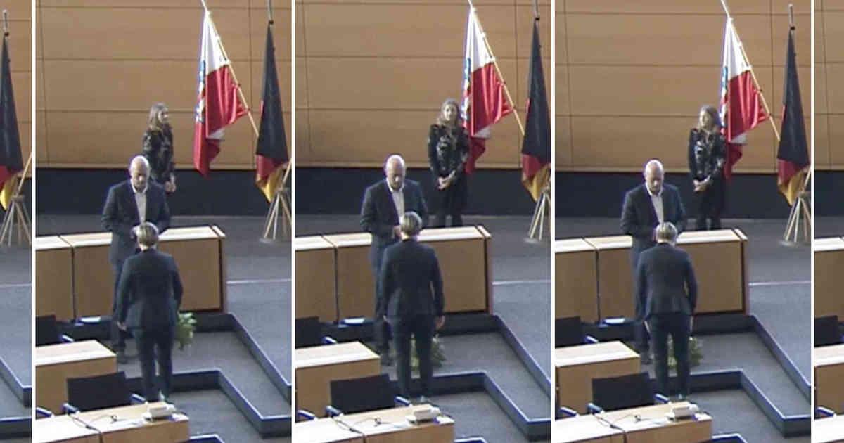 Susanne Hennig-Wellsow (Linke) wirft dem neu gewählten Ministerpräsidenten Thomas Kemmerich (FDP) einen Blumenstrauß vor die Füße